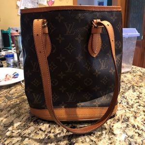 LV  petit Bucket bag in monogram canvas/leather.
